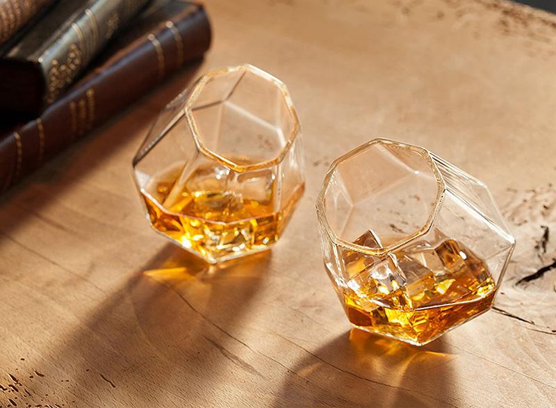 Bujające się szklanki do whisky