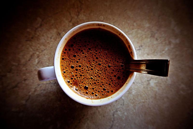 świeżo zaparzona filiżanka kawy