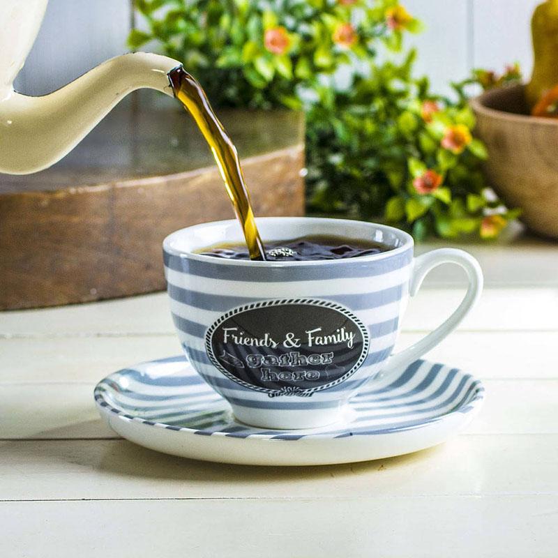 herbata w filiżance ze spodkiem