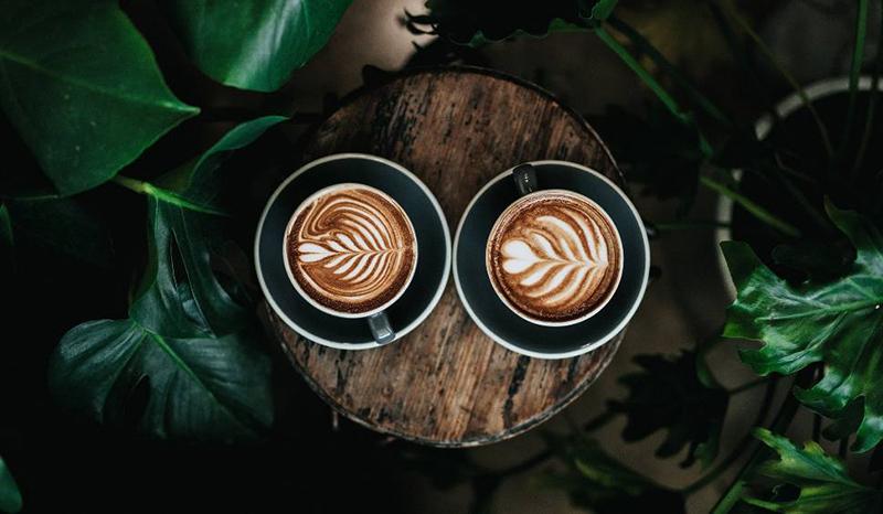 filiżanki z zaparzoną kawą