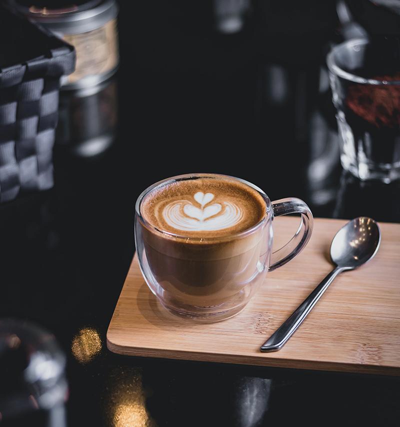 puszyste cappuccino w szklance termicznej