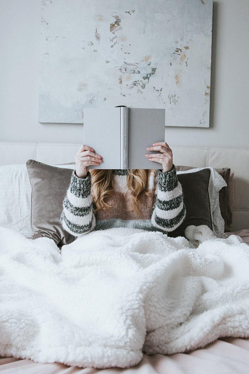 Pomysły na spędzanie czasu w domu? - czytanie książek wprost z łóżka