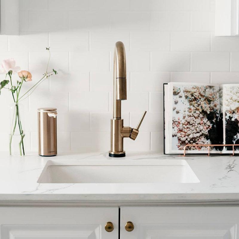 Bezdotykowy dozownik na mydło do łazienki SimpleHuman różowe złoto