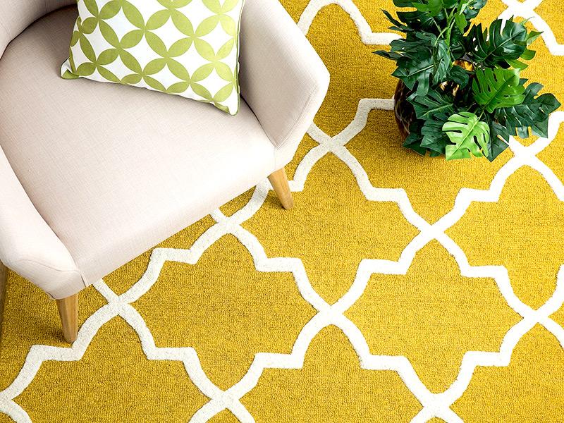 nietuzinkowy, musztardowy dywan do salonu