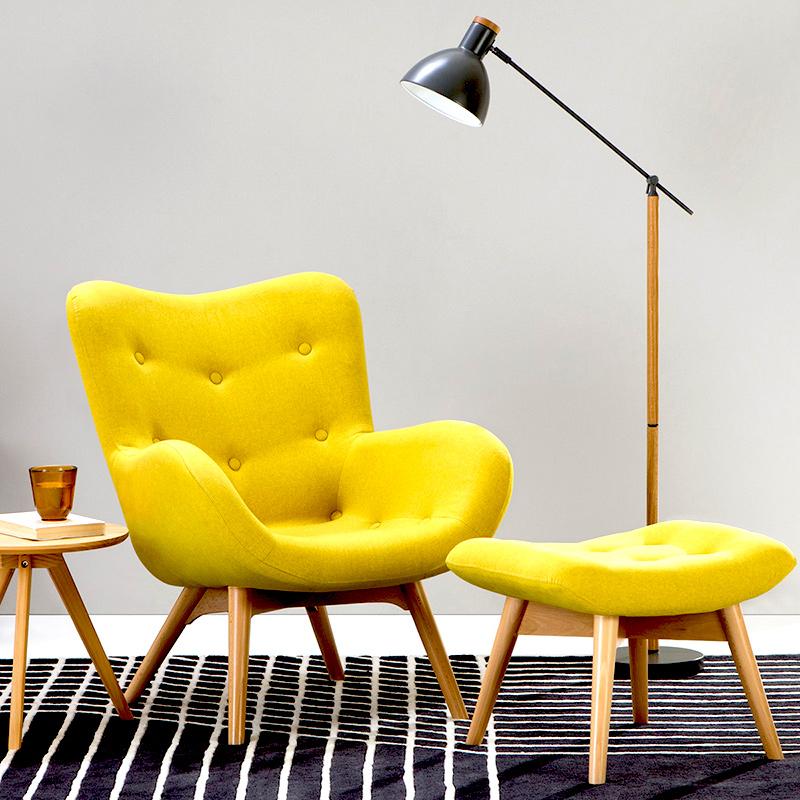komfortowy, wygodny fotel do salonu z podnóżkiem w odcieniu żółtym