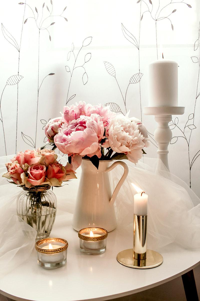kwiaty i wazon na dzień kobiet