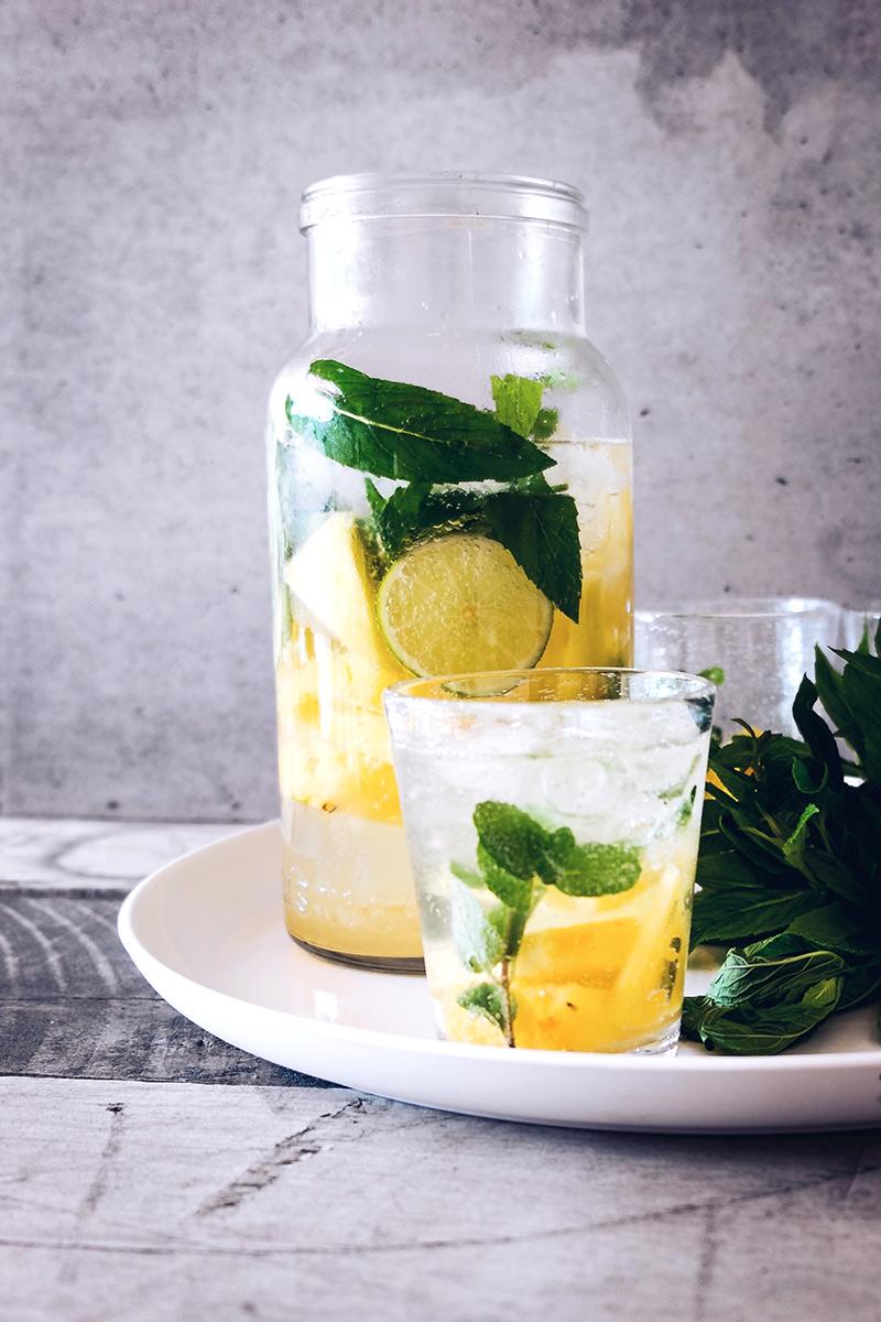 orzeźwiająca woda do picia z cytryną i miętą