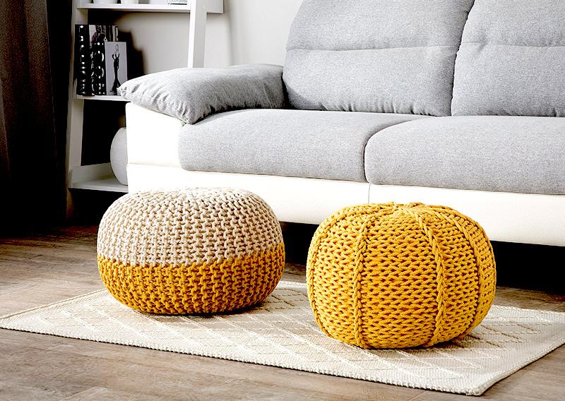 wygodne, fajne, plecione pufy do salonu w żółtym odcieniu
