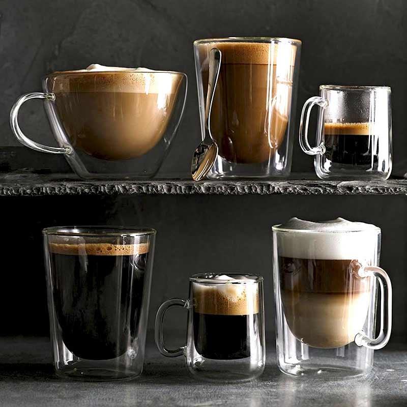 aromatyczne kawy w szklankach termicznych