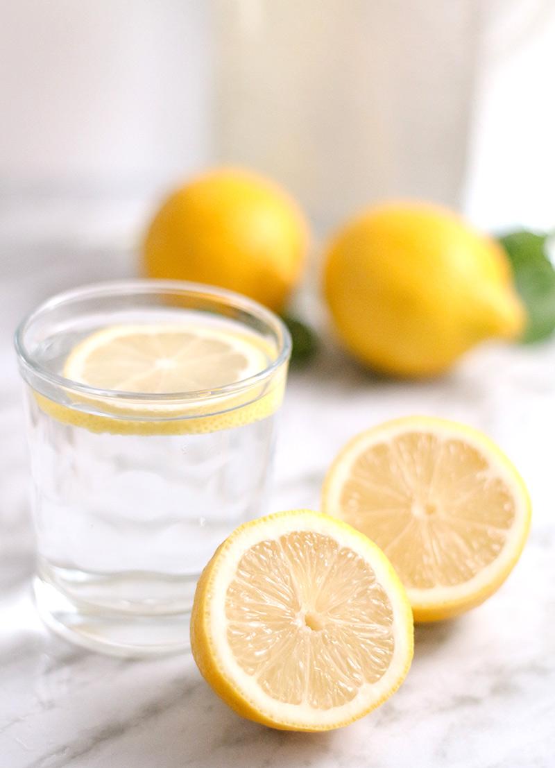 szklanka wody z cytryną