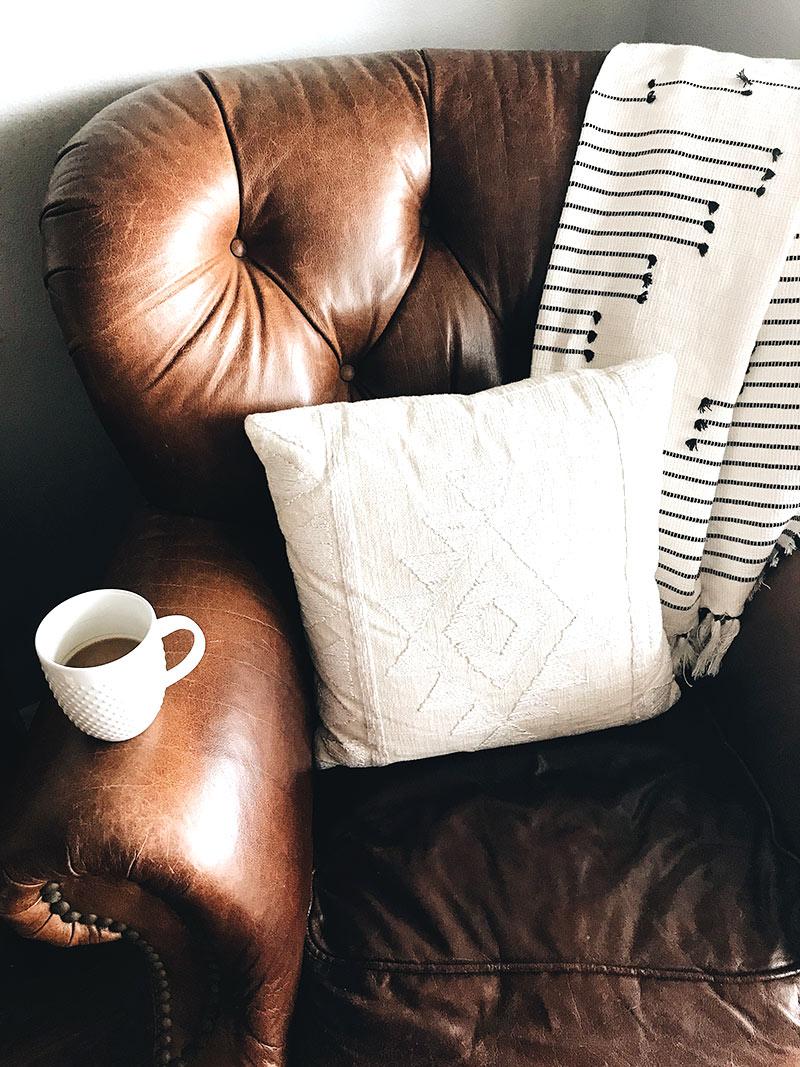 Sposób na nudę - relaks w ulubionym fotelu z kubkiem kawy